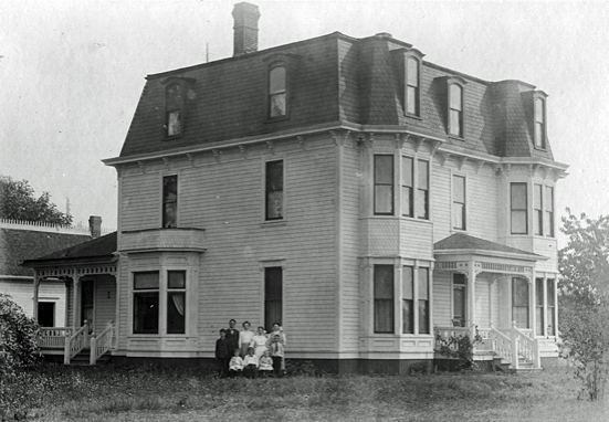 Hamilton-Worthington House in 1907. Worthington family shown.